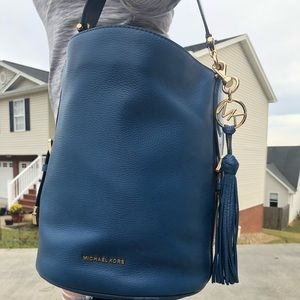 MICHAEL KORS Brooke Medium Pebbled Bucket Bag Teal